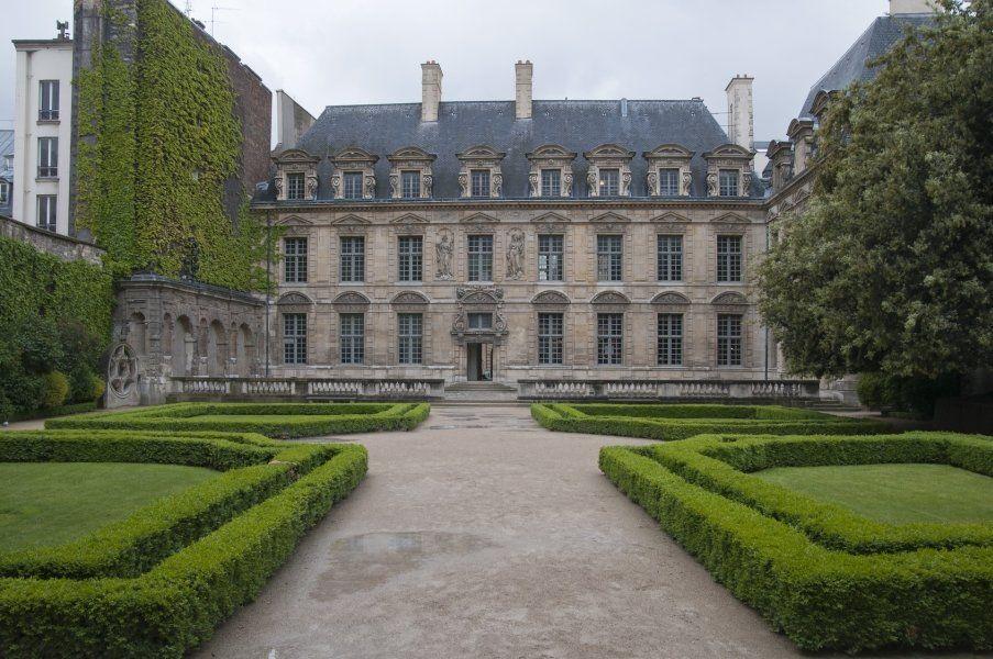 Hôtel de Sully y jardines